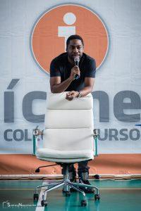 Foto do autor e escritor, Lázaro Ramos, palestrando no Ícone Colégio e Curso
