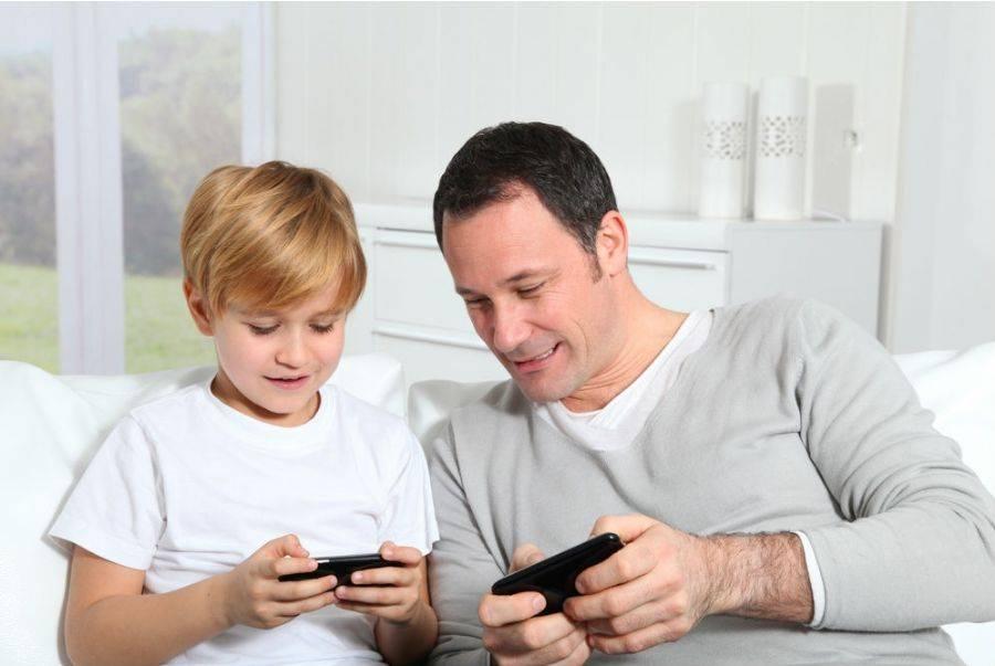 Pai e filho com celular