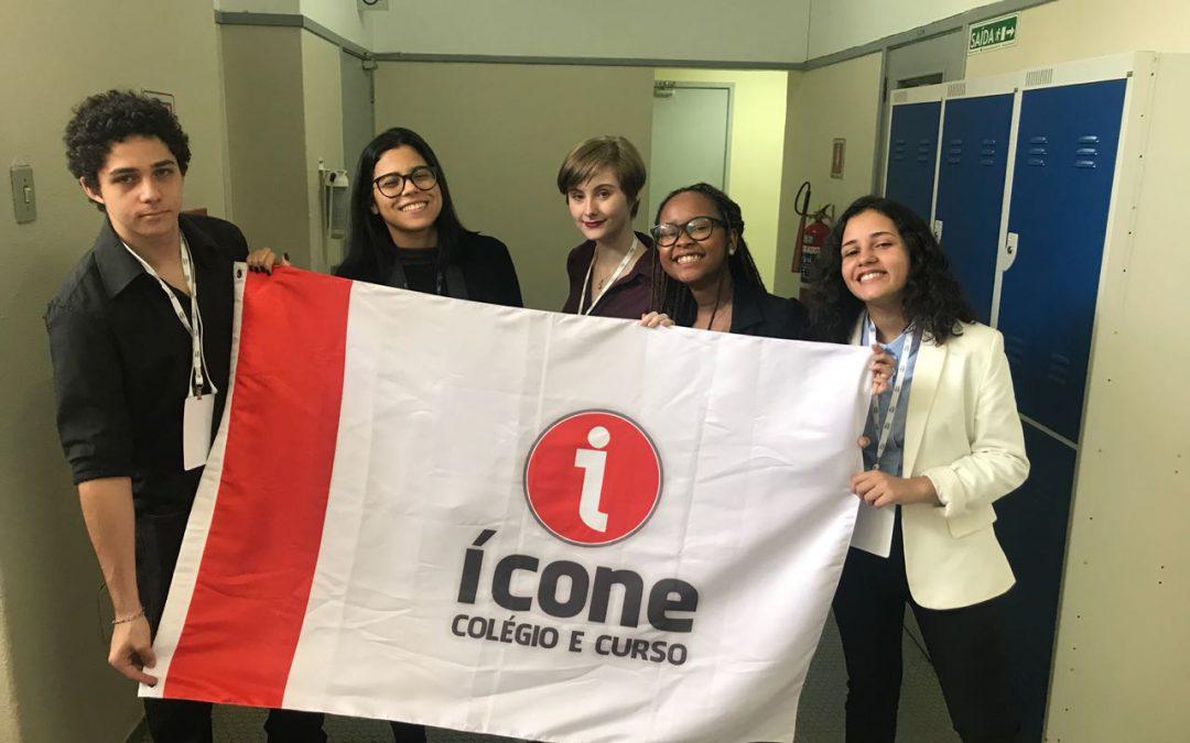 alunos do Ícone Colégio e Curso com a bandeira da instituição no XV Mirin